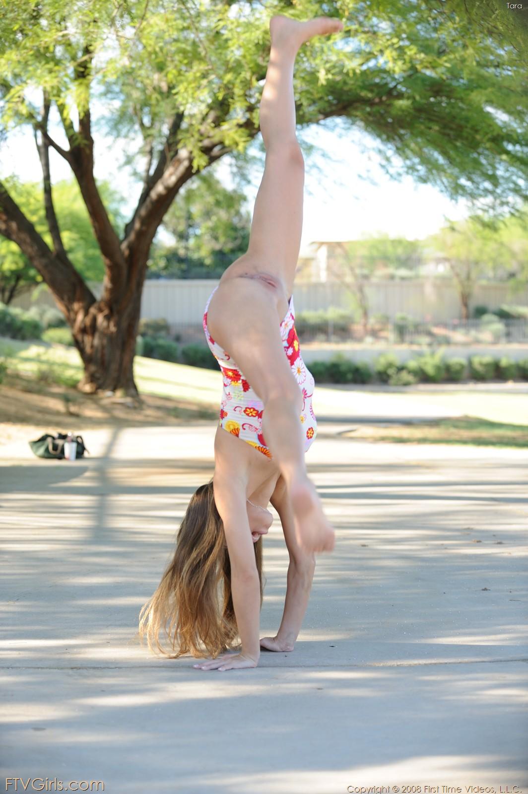 Фото гимнастика без трусов 19 фотография